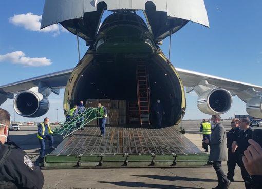 Rusia mandó a EE.UU. avión con equipos médicos para ayudar en la lucha contra la covid-19